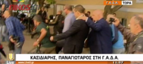 Kasidiaris assaults journalists outside the court after his release(videos)
